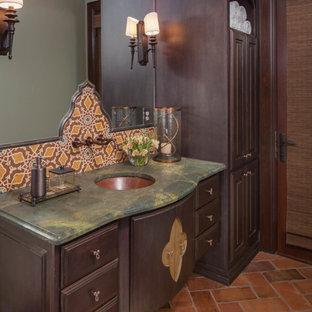 Ispirazione per una sauna classica con lavabo sottopiano, ante con riquadro incassato, ante in legno bruno, top in granito, piastrelle in terracotta, pareti verdi, pavimento in terracotta e WC a due pezzi