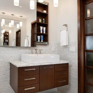 Неиссякаемый источник вдохновения для домашнего уюта: ванная комната в современном стиле с настольной раковиной, плоскими фасадами, темными деревянными фасадами, серой плиткой, удлиненной плиткой и белыми стенами