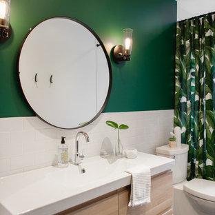 На фото: ванная комната в морском стиле с плоскими фасадами, светлыми деревянными фасадами, душем над ванной, унитазом-моноблоком, белой плиткой, плиткой кабанчик, зелеными стенами, душевой кабиной, консольной раковиной, серым полом, ванной в нише, полом из керамической плитки, столешницей из кварцита и белой столешницей с