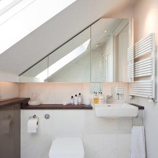 Пример оригинального дизайна: маленькая ванная комната в современном стиле с столешницей из дерева, белой плиткой, каменной плиткой, унитазом-моноблоком и коричневой столешницей