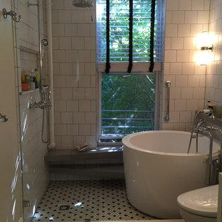 Esempio di una stanza da bagno padronale minimalista di medie dimensioni con ante lisce, ante bianche, vasca giapponese, doccia aperta, bidè, piastrelle bianche, pareti bianche, top in superficie solida, piastrelle in ceramica, pavimento in cementine e lavabo rettangolare