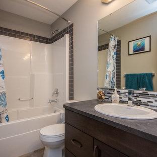 Diseño de cuarto de baño con ducha, contemporáneo, de tamaño medio, con armarios estilo shaker, puertas de armario de madera en tonos medios, bañera empotrada, combinación de ducha y bañera, baldosas y/o azulejos grises, azulejos en listel, paredes grises, suelo de piedra caliza, lavabo encastrado y encimera de zinc