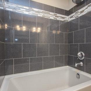 Foto di una stanza da bagno padronale contemporanea di medie dimensioni con ante in stile shaker, ante in legno bruno, vasca ad alcova, vasca/doccia, piastrelle grigie, piastrelle di vetro, pareti grigie, pavimento in pietra calcarea, lavabo a bacinella e top in zinco