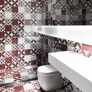 Ejemplo de cuarto de baño infantil, actual, de tamaño medio, con armarios con paneles lisos, ducha a ras de suelo, sanitario de una pieza, baldosas y/o azulejos rojos, baldosas y/o azulejos blancos, paredes blancas, suelo de baldosas de cerámica, lavabo suspendido, baldosas y/o azulejos de porcelana, encimera de cuarzo compacto, suelo naranja y ducha abierta