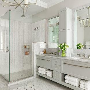 Foto på ett funkis grå badrum, med ett undermonterad handfat, skåp i shakerstil, vita skåp, en hörndusch och vit kakel