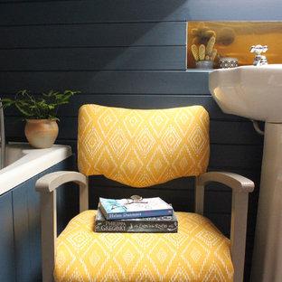 Esempio di una piccola stanza da bagno per bambini country con vasca da incasso, WC a due pezzi, piastrelle beige, piastrelle in ceramica, pareti blu, pavimento in laminato, lavabo a colonna e pavimento grigio