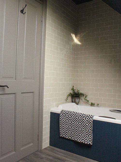 Kleines Landhaus Kinderbad Mit Einbaubadewanne, Wandtoilette Mit  Spülkasten, Beigefarbenen Fliesen, Keramikfliesen, Blauer