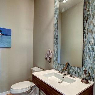 Diseño de cuarto de baño con ducha, contemporáneo, de tamaño medio, con lavabo integrado, sanitario de dos piezas, baldosas y/o azulejos azules, baldosas y/o azulejos marrones, baldosas y/o azulejos grises, baldosas y/o azulejos blancos, baldosas y/o azulejos de vidrio, paredes grises y suelo de bambú