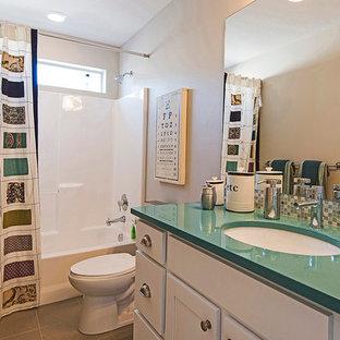 Modelo de cuarto de baño infantil, tradicional, con puertas de armario blancas, encimera de cuarcita, bañera encastrada, ducha esquinera, baldosas y/o azulejos blancos, baldosas y/o azulejos de cerámica, paredes beige, suelo de baldosas de cerámica y encimeras turquesas