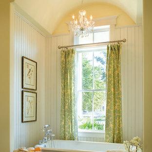 Immagine di una stanza da bagno stile shabby con vasca con piedi a zampa di leone