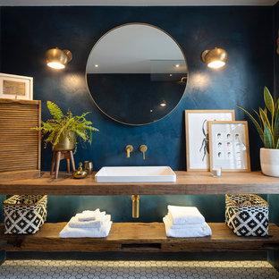 Ispirazione per una stanza da bagno bohémian con nessun'anta, ante marroni, WC sospeso, pareti blu, pavimento in gres porcellanato, lavabo da incasso, top in legno, pavimento bianco, doccia aperta e top marrone