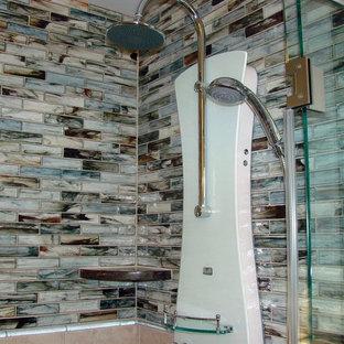 Modelo de cuarto de baño de estilo zen, de tamaño medio, con baldosas y/o azulejos azules, baldosas y/o azulejos marrones, baldosas y/o azulejos multicolor y azulejos en listel