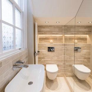 Foto di una piccola stanza da bagno moderna con WC sospeso, piastrelle beige, piastrelle in pietra, pareti beige, pavimento con piastrelle in ceramica, lavabo rettangolare e top in saponaria