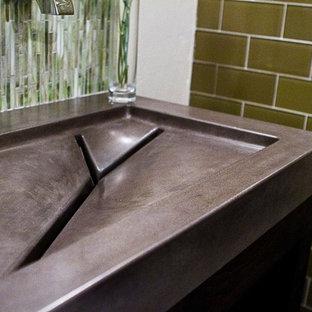Diseño de cuarto de baño ecléctico con encimera de cemento y lavabo integrado
