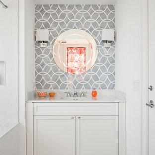 Diseño de cuarto de baño infantil, clásico renovado, con armarios con paneles empotrados, puertas de armario blancas, lavabo bajoencimera y ducha con cortina