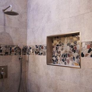 Foto di una stanza da bagno con doccia chic di medie dimensioni con ante in stile shaker, ante in legno bruno, doccia alcova, piastrelle multicolore, piastrelle di ciottoli, pareti beige, lavabo sottopiano, top in pietra calcarea, porta doccia a battente e top grigio