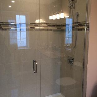 На фото: маленькие ванные комнаты в современном стиле с фасадами в стиле шейкер, душем в нише, раздельным унитазом, белыми фасадами, серой плиткой, разноцветной плиткой, удлиненной плиткой, серыми стенами, полом из керамической плитки, душевой кабиной, врезной раковиной, столешницей из гранита, серым полом, душем с распашными дверями и разноцветной столешницей