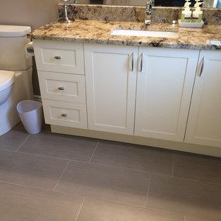 Kleines Modernes Duschbad mit Schrankfronten im Shaker-Stil, Duschnische, Wandtoilette mit Spülkasten, weißen Schränken, grauen Fliesen, farbigen Fliesen, Stäbchenfliesen, grauer Wandfarbe, Keramikboden, Unterbauwaschbecken, Granit-Waschbecken/Waschtisch, grauem Boden, Falttür-Duschabtrennung und bunter Waschtischplatte in Ottawa
