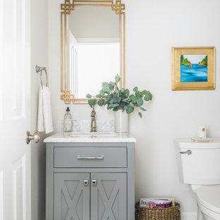 Foto di una grande stanza da bagno per bambini tradizionale con ante in stile shaker, ante grigie, WC a due pezzi, piastrelle bianche, pareti grigie, pavimento in gres porcellanato, lavabo sottopiano, top in marmo, pavimento verde e top grigio