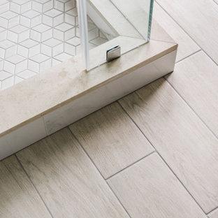 Inspiration för stora klassiska grått en-suite badrum, med skåp i shakerstil, grå skåp, en hörndusch, en toalettstol med separat cisternkåpa, vit kakel, porslinskakel, vita väggar, klinkergolv i porslin, ett undermonterad handfat, marmorbänkskiva, beiget golv och dusch med gångjärnsdörr