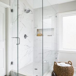 Inspiration för ett stort vintage grå grått en-suite badrum, med skåp i shakerstil, grå skåp, en hörndusch, en toalettstol med separat cisternkåpa, vit kakel, porslinskakel, vita väggar, klinkergolv i porslin, ett undermonterad handfat, marmorbänkskiva, beiget golv och dusch med gångjärnsdörr