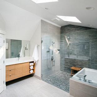 Großes Klassisches Badezimmer En Suite mit flächenbündigen Schrankfronten, hellen Holzschränken, Eckbadewanne, Duschnische, Wandtoilette mit Spülkasten, weißen Fliesen, weißer Wandfarbe, Keramikboden und Unterbauwaschbecken in Portland Maine