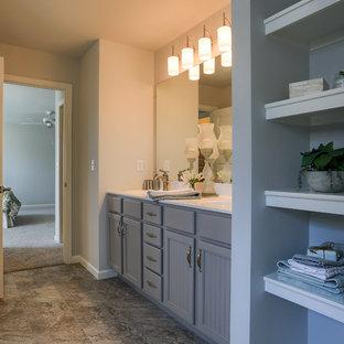 Modelo de cuarto de baño principal, clásico renovado, extra grande, con armarios con paneles empotrados, puertas de armario grises, baldosas y/o azulejos beige, paredes beige, lavabo integrado, encimera de mármol y suelo gris