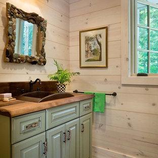 Idee per una piccola stanza da bagno con doccia costiera con ante verdi, pareti grigie e top in legno