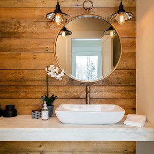 Diseño de cuarto de baño rural con encimera de mármol, paredes marrones y lavabo sobreencimera