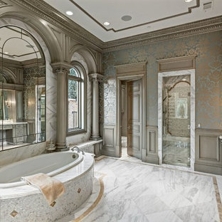 Immagine di un'ampia stanza da bagno padronale vittoriana con ante grigie, vasca da incasso, piastrelle bianche, consolle stile comò, doccia alcova, piastrelle di marmo, pareti multicolore, pavimento in marmo e top in marmo