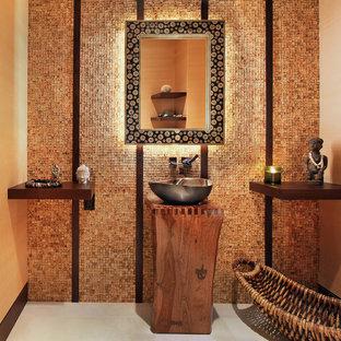 Diseño de cuarto de baño asiático con lavabo sobreencimera