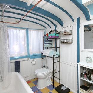 Идея дизайна: ванная комната среднего размера в стиле фьюжн с отдельно стоящей ванной, душем над ванной, раздельным унитазом, синими стенами, полом из керамической плитки, душевой кабиной, фиолетовым полом и шторкой для душа