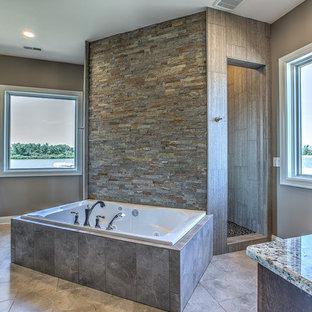 Exempel på ett stort klassiskt en-suite badrum, med luckor med upphöjd panel, skåp i mörkt trä, en jacuzzi, en dusch i en alkov, beige kakel, porslinskakel, bruna väggar, klinkergolv i porslin, ett nedsänkt handfat och granitbänkskiva