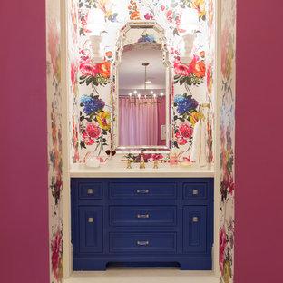 На фото: ванная комната в стиле современная классика с фасадами с утопленной филенкой, ванной в нише, душем над ванной, раздельным унитазом, белой плиткой, разноцветными стенами, полом из мозаичной плитки, врезной раковиной, белым полом и синими фасадами с