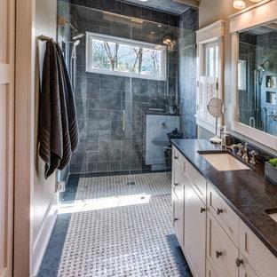 Idéer för ett litet modernt svart en-suite badrum, med skåp i shakerstil, vita skåp, en kantlös dusch, svart kakel, skifferkakel, beige väggar, klinkergolv i keramik, ett undermonterad handfat, bänkskiva i täljsten, flerfärgat golv och dusch med gångjärnsdörr
