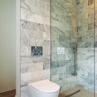 Esempio di una stanza da bagno minimal di medie dimensioni con zona vasca/doccia separata, WC sospeso, piastrelle di marmo, pavimento grigio e doccia aperta