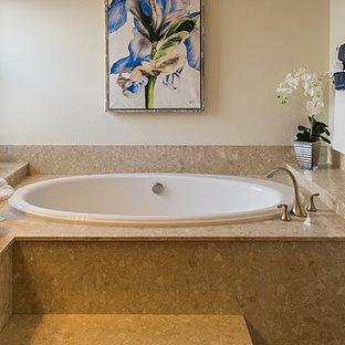 Ispirazione per una stanza da bagno padronale stile rurale di medie dimensioni con ante marroni, vasca da incasso, doccia alcova, piastrelle beige, lastra di pietra, pareti beige, pavimento con piastrelle in ceramica, lavabo da incasso e top alla veneziana