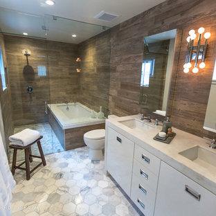 Idee per una grande stanza da bagno padronale design con lavabo sottopiano, ante lisce, ante bianche, top in marmo, vasca sottopiano, doccia a filo pavimento, WC monopezzo, piastrelle marroni, piastrelle in gres porcellanato e pavimento in marmo