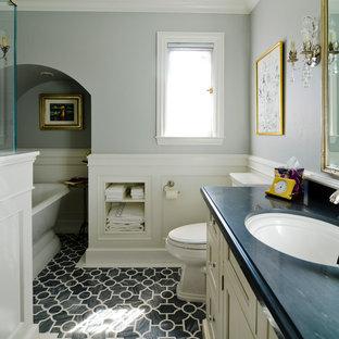 Immagine di una stanza da bagno classica con lavabo sottopiano, ante con riquadro incassato e ante beige