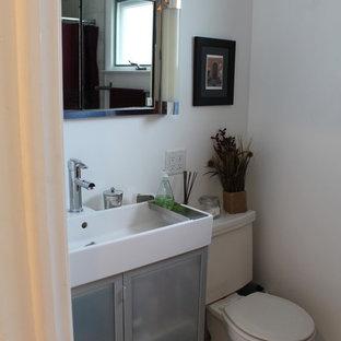 Imagen de cuarto de baño moderno, pequeño, con lavabo de seno grande, armarios tipo vitrina, puertas de armario blancas, sanitario de una pieza, baldosas y/o azulejos de piedra, paredes blancas y suelo de mármol