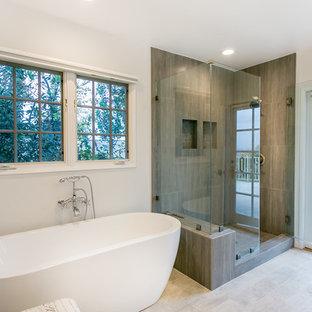 Ispirazione per una grande sauna minimalista con vasca freestanding, ante in stile shaker, ante bianche, WC a due pezzi, piastrelle bianche, pareti bianche, pavimento con piastrelle in ceramica e lavabo sottopiano
