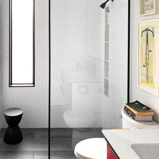 Mid-Century Duschbad mit flächenbündigen Schrankfronten, roten Schränken, bodengleicher Dusche, weißen Fliesen, weißer Wandfarbe, Unterbauwaschbecken, schwarzem Boden, offener Dusche, weißer Waschtischplatte und Nische in Los Angeles