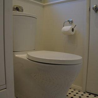 Ispirazione per una stanza da bagno padronale industriale di medie dimensioni con ante con riquadro incassato, ante bianche, vasca ad angolo, doccia ad angolo, WC monopezzo, piastrelle multicolore, piastrelle a listelli, pareti bianche, pavimento in terracotta, lavabo integrato e top in marmo