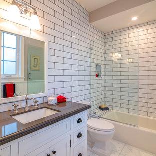 Diseño de cuarto de baño con ducha, clásico, pequeño, con armarios con rebordes decorativos, puertas de armario blancas, bañera encastrada, ducha empotrada, sanitario de una pieza, baldosas y/o azulejos blancos, baldosas y/o azulejos de vidrio, suelo de mármol, lavabo encastrado, encimera de cobre, suelo blanco, encimeras marrones, paredes blancas y ducha con puerta con bisagras