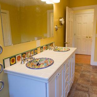 Esempio di una grande stanza da bagno padronale mediterranea con ante bianche, WC monopezzo, piastrelle bianche, piastrelle diamantate, pareti gialle, pavimento in terracotta, lavabo da incasso, top piastrellato, pavimento rosso e doccia aperta