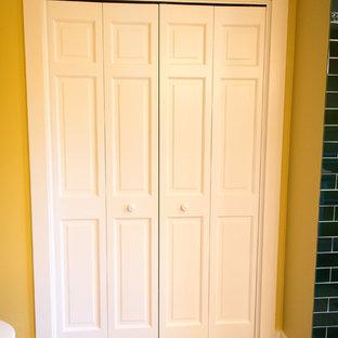 Idee per una grande stanza da bagno padronale mediterranea con ante bianche, WC monopezzo, piastrelle bianche, piastrelle diamantate, pareti gialle, pavimento in terracotta, lavabo da incasso, top piastrellato, pavimento rosso e doccia aperta