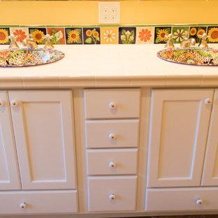 Стильный дизайн: большая главная ванная комната в средиземноморском стиле с белыми фасадами, унитазом-моноблоком, белой плиткой, плиткой кабанчик, желтыми стенами, полом из терракотовой плитки, накладной раковиной, столешницей из плитки, красным полом и открытым душем - последний тренд