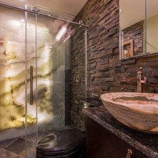 Idéer för ett mellanstort rustikt grå badrum med dusch, med ett fristående handfat, en dusch i en alkov, brun kakel, grå kakel, släta luckor, skåp i mörkt trä, porslinskakel, bruna väggar, klinkergolv i keramik och granitbänkskiva