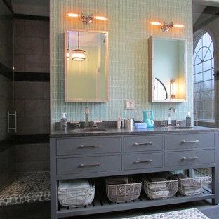 Diseño de cuarto de baño principal, clásico renovado, grande, con armarios con paneles lisos, puertas de armario grises, ducha doble, baldosas y/o azulejos grises, paredes verdes, suelo de pizarra, lavabo integrado y encimera de cemento