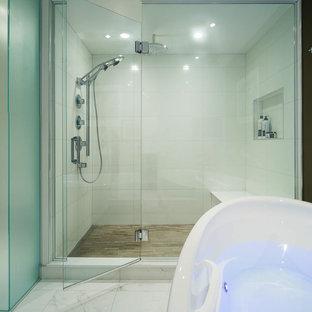 Diseño de cuarto de baño principal, actual, grande, con puertas de armario de madera en tonos medios, bañera exenta, ducha esquinera, baldosas y/o azulejos blancos, paredes blancas, lavabo bajoencimera, encimera de mármol y suelo de mármol